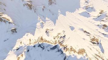 vuelo sobre las montañas cubiertas de nieve. caminata de invierno extrema video