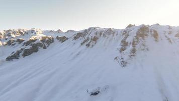 volo sulle montagne innevate. escursione invernale estrema video