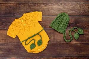 ropa de punto hecha de hilos de lana natural para un bebé recién nacido foto