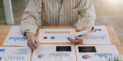 hombre de negocios, señalar, en, gráfico, gráfico foto