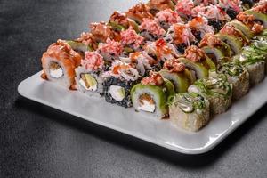 comida japonesa con aguacate, camarones, cangrejo y salmón foto