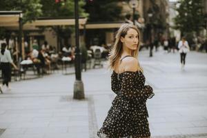 joven, pelo largo, mujer morena, ambulante, en la calle foto