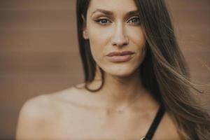 Retrato al aire libre de sensual mujer morena de pelo largo foto