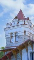una torre del reloj sobre un fondo de cielo azul. yalta foto