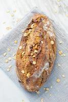 delicioso pan recién horneado sobre fondo de mármol. estilo de vida de dieta saludable. foto