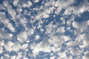 nubes dramáticas en el cielo y horas de la mañana foto