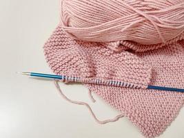Cerrar tejer lana y tejer en el fondo foto