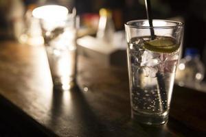 vodka limón con cubitos de hielo foto
