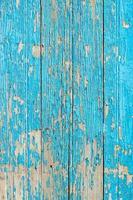 Cerca de una antigua puerta de madera, pintura azul turquesa pelando la textura del fondo foto