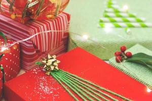 regalos de navidad decorados en papel verde y rojo fondo de navidad foto