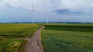molinos de viento en tiempo tormentoso foto