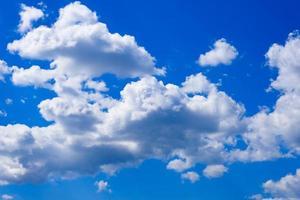 hermoso cielo azul profundo con nubes blancas en un día soleado de verano, nubes altas y esponjosas al aire libre, cielo brillante y aéreo, cielos con fondo de nubes cúmulos ligeras, celaje suave en vista de clima despejado foto