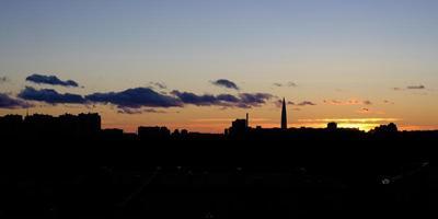 puesta de sol sobre la ciudad foto