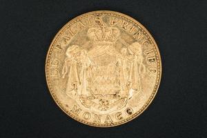 Moneda de recuerdo dorada antigua de Mónaco foto