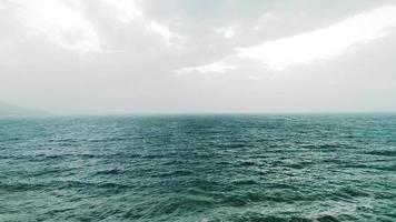 mare calmo scuro e nebbia aerea video