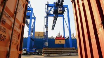 Porto Maritimo. contentores carregados a bordo. video