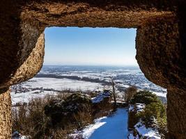 paisaje de montaña con las ruinas de un castillo medieval en los vosgos. foto