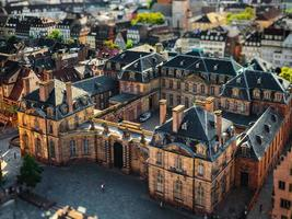 vista aérea de la ciudad de estrasburgo. día soleado. Techos de tejas rojas. foto