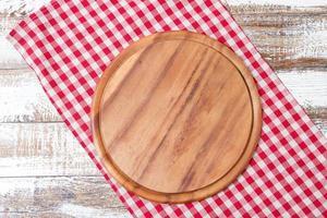 Manteles rojos y escritorio de madera para pizza en la mesa, maqueta foto
