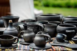 vasijas de barro natural hechas a mano. Arte de cerámica de Letonia - imagen foto