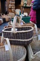 en el mercado navideño una amplia selección de variedad de cestas trenzadas a mano. foto