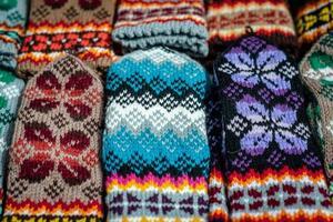 mitones y calcetines de lana tejidos tradicionales de Letonia foto