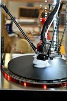 Impresora 3d durante el proceso de trabajo. nueva tecnología de impresión. foto