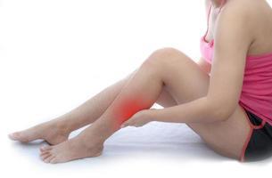 mujer con dolor de pierna foto
