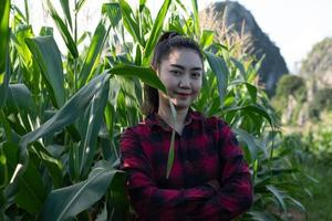 mujer joven, granjero, posición, en, el, jardín, maíz foto