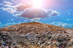 montaña contaminada gran pila de basura y contaminación foto