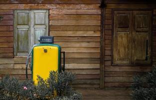 Bomba de gas antiguo dispensadores de combustible antiguo en la gasolinera foto