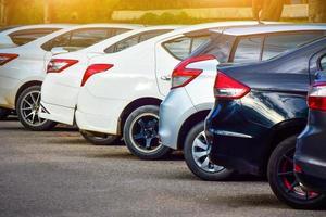 coche aparcado fila en la carretera foto