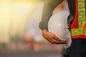Cerrar ingeniero mantenga fondo de construcción de sitio de casco foto