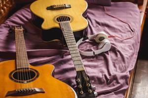 dos guitarras clásicas en la cama foto
