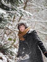 niña en un bosque nevado foto