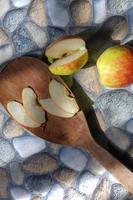 fotos de manzanas en varios estilos, algunas aún están intactas, algunas están cortadas con un fondo de piedra