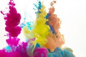 gotas de pintura de colores foto