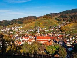 Vista aérea de kappelrodeck en las montañas de la Selva Negra, Alemania foto
