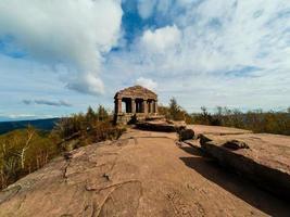 Monumento en el pico de la montaña Donon en Vosgos, Francia foto