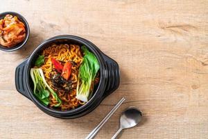 fideos instantáneos coreanos con vegetales y kimchi - estilo de comida coreana foto