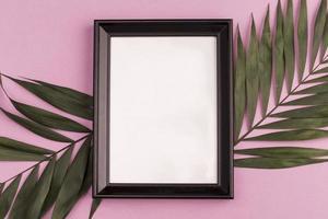 marco de fotos sobre fondo rosa