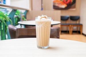 Café espresso mezclado en la mesa en la cafetería, cafetería y restaurante foto