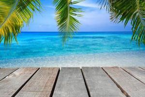 piso de madera o tablón en el mar foto