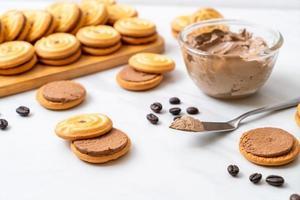 galletas sándwich con crema de café foto