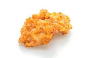 Maíz frito aislado sobre fondo blanco - estilo de comida vegetariana y vegana foto