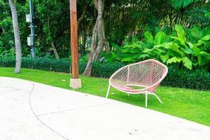 Decoración de banco vacío en el parque jardín foto