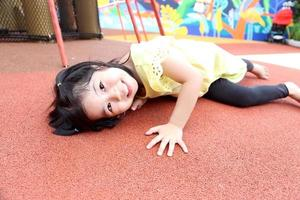 niño en el patio de recreo foto