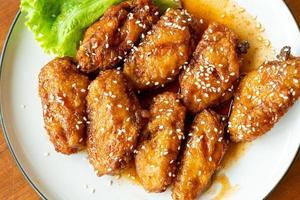 pollo frito con salsa picante coreana y sésamo blanco foto
