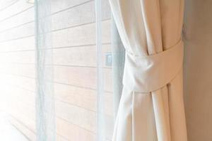 Cortina de primer plano con ventana y luz solar. foto