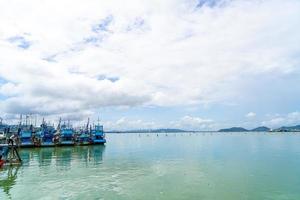 Vista de la bahía con cielo azul en Songkla, Tailandia foto